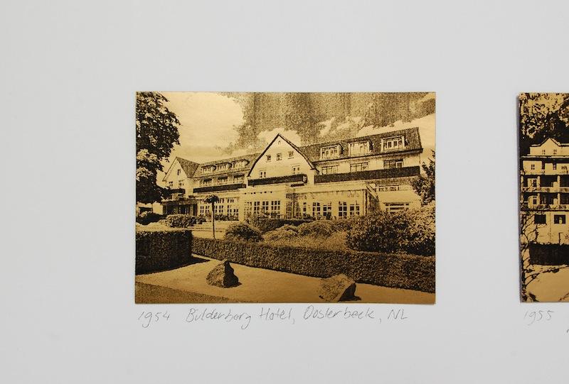 Bilderberg locations; installatie met afbeeldingen op goudpapier en met potlood geschreven tekst
