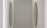 Zonder titel; 2,5 x 4 x 3 meter (h x b x d), installatie met spiegels en prikkeldraad, 2017